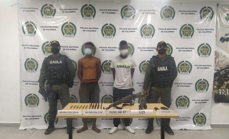 A la cárcel dos hombres que portaban un fusil Ak-47 y una subametralladora Mini Uzi