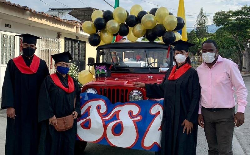 Colegio llevó en jeep diplomas de grado a estudiantes de zona rural de Pradera, Valle