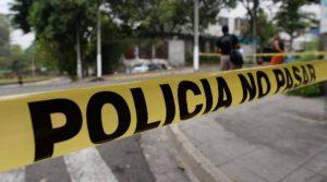 Tras su hallazgo, las autoridades de Buenaventura trasladaron los cuerpos de la pareja, en una lancha, hasta Medicina Legal de puerto.