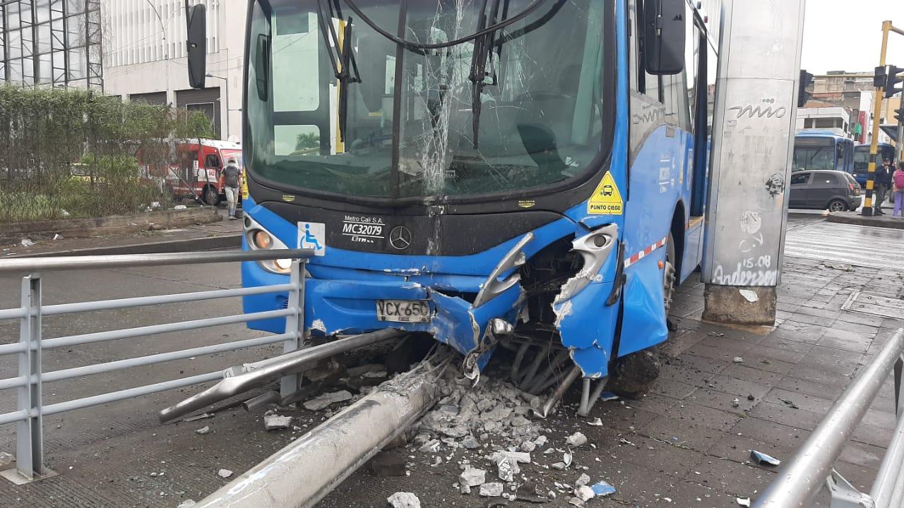 Bus urbano chocó padrón del Mío y lo sacó del carril exclusivo
