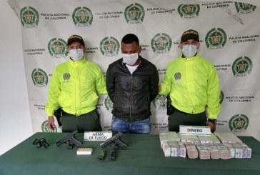 Cárcel a hombre que guardaba tres armas y $600 millones en Jamundí