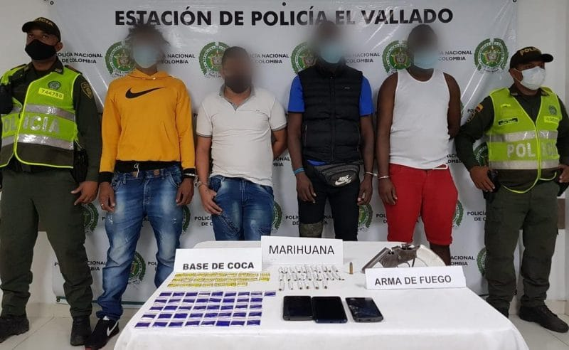 Transportaban 129 cigarrillos de marihuana y 75 dosis de cocaína en un taxi