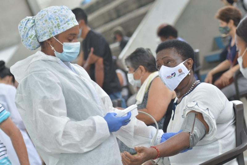 Reabrieron megacentros de vacunación para adultos mayores de 70 años en Cali