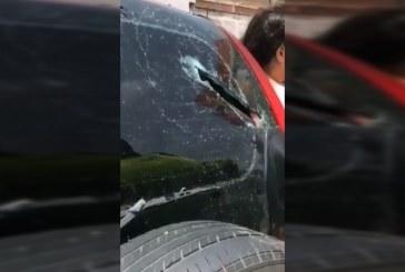 Supuestos 'limpiavidrios' habrían dañado un carro con un machetazo