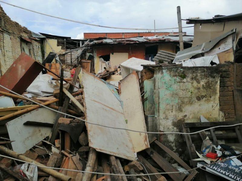 Una mujer muerta y un menor herido dejó caída de muro en una vivienda en el barrio Sucre