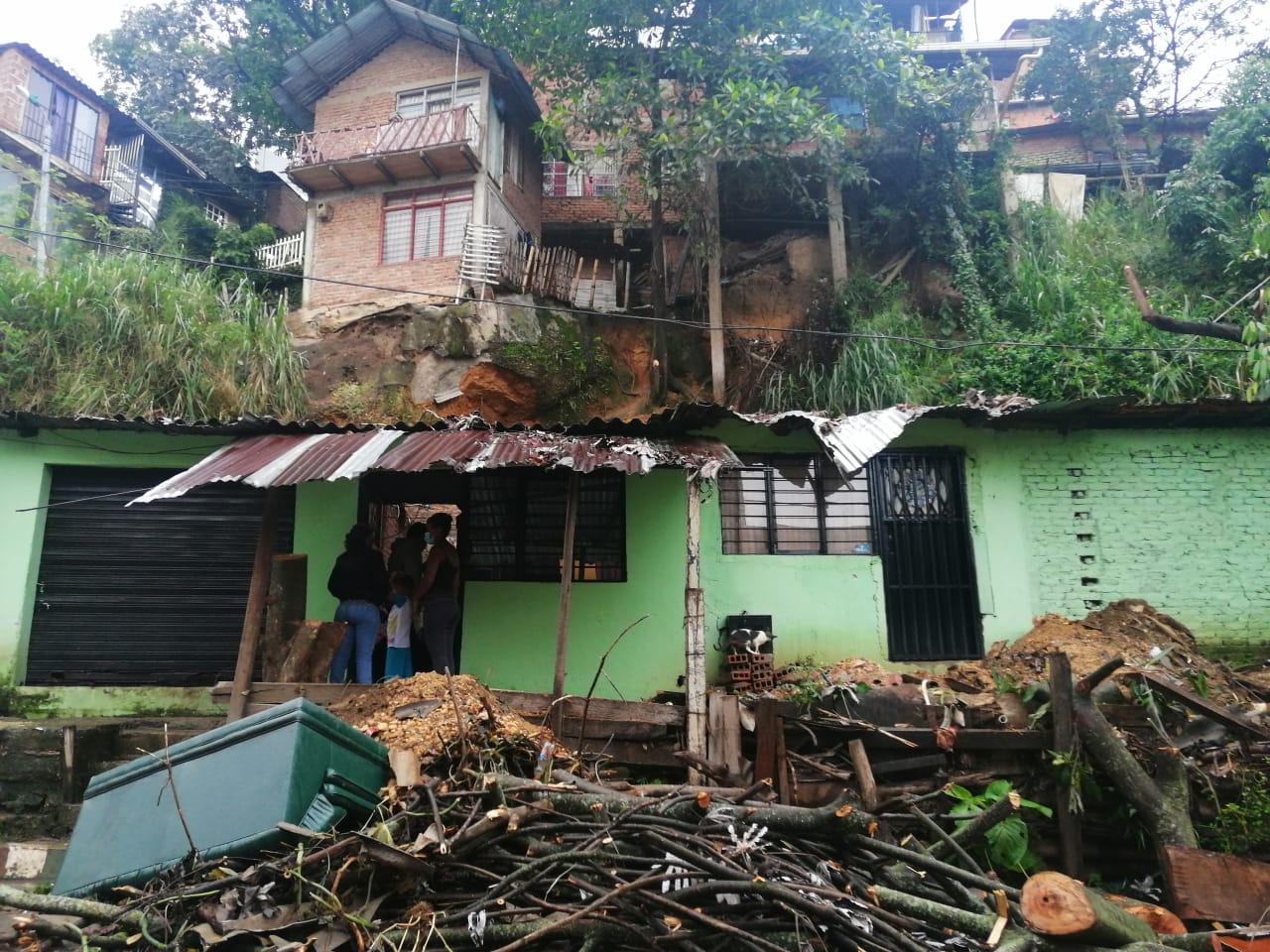 Cinco casas de Los Chorros afectadas por la caída de un árbol y las fuertes lluvias