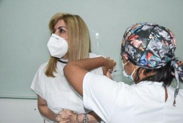 Gobernadora del Valle recibió la vacuna contra el Covid-19