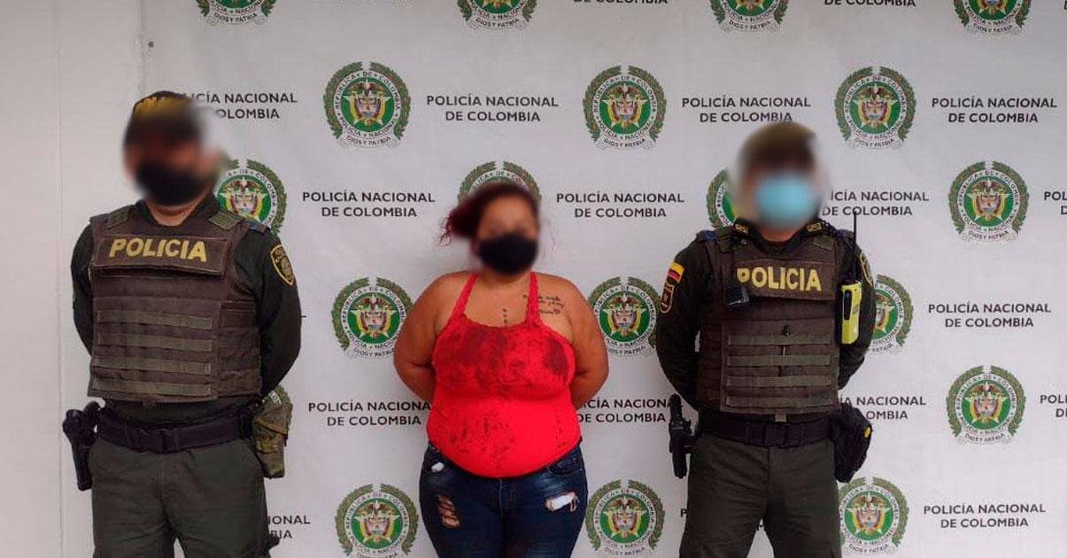 Detienen a mujer que atacó en espalda y cabeza con cuchillo a su esposo