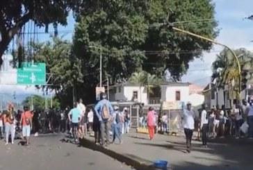 Cesan enfrentamientos pero continúan los bloqueos en Buga
