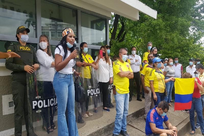 Con un 'compartir' grupo de caleños mostraron su apoyo a la Policía