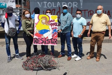 Manifestantes hacen entrega de cables de estación del Mío