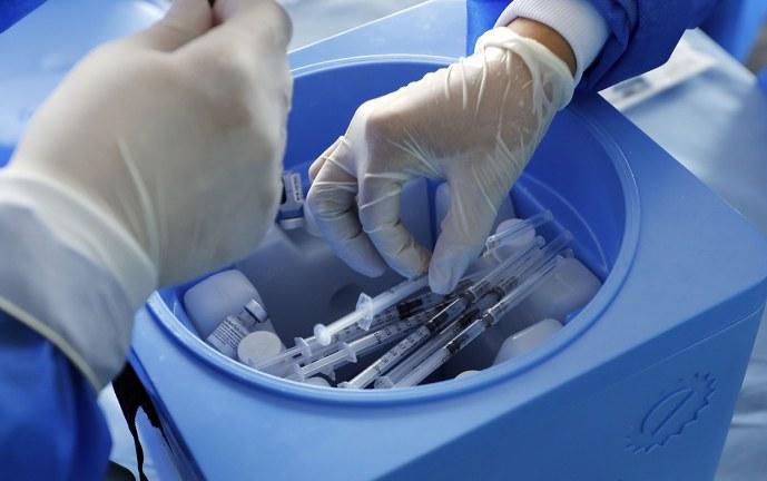 Ni las vacunas ni las PCR magnetizan con grafeno, como dicen mensajes virales