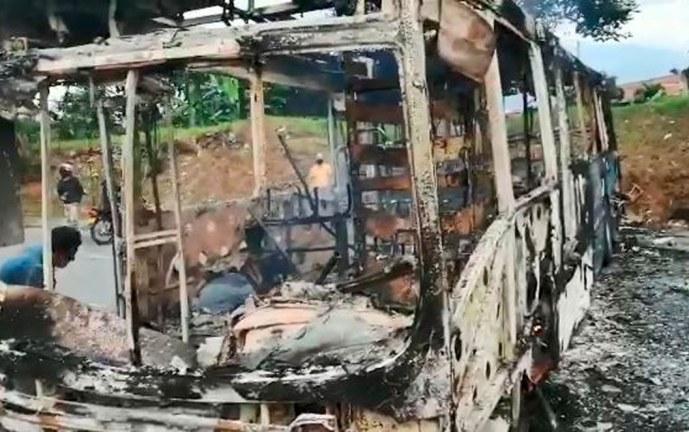 Otro bus del Mío fue incinerado en la madrugada de este viernes