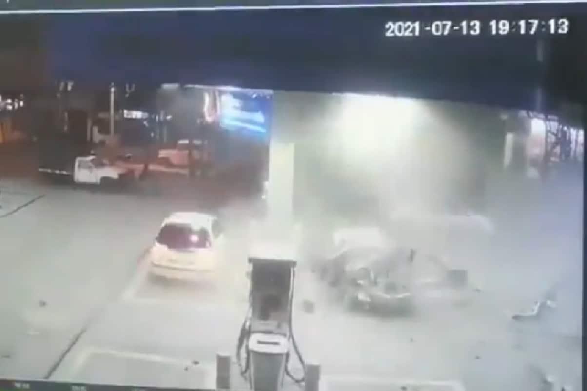 Así fue la explosión de un carro cuando era tanqueado en el sur de Cali