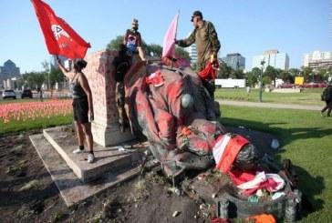 Canadá: Derriban estatuas de la reina Victoria y de la reina Isabel