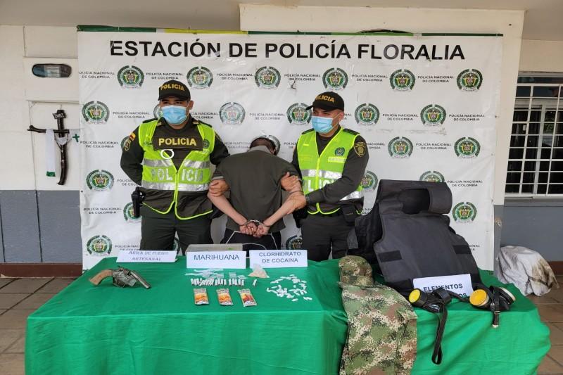 Capturado hombre que portaba arma de fuego, estupefacientes y otros elementos