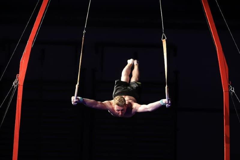 Joven latino logró romper récord Guinness por número de vueltas sobre un trapecio