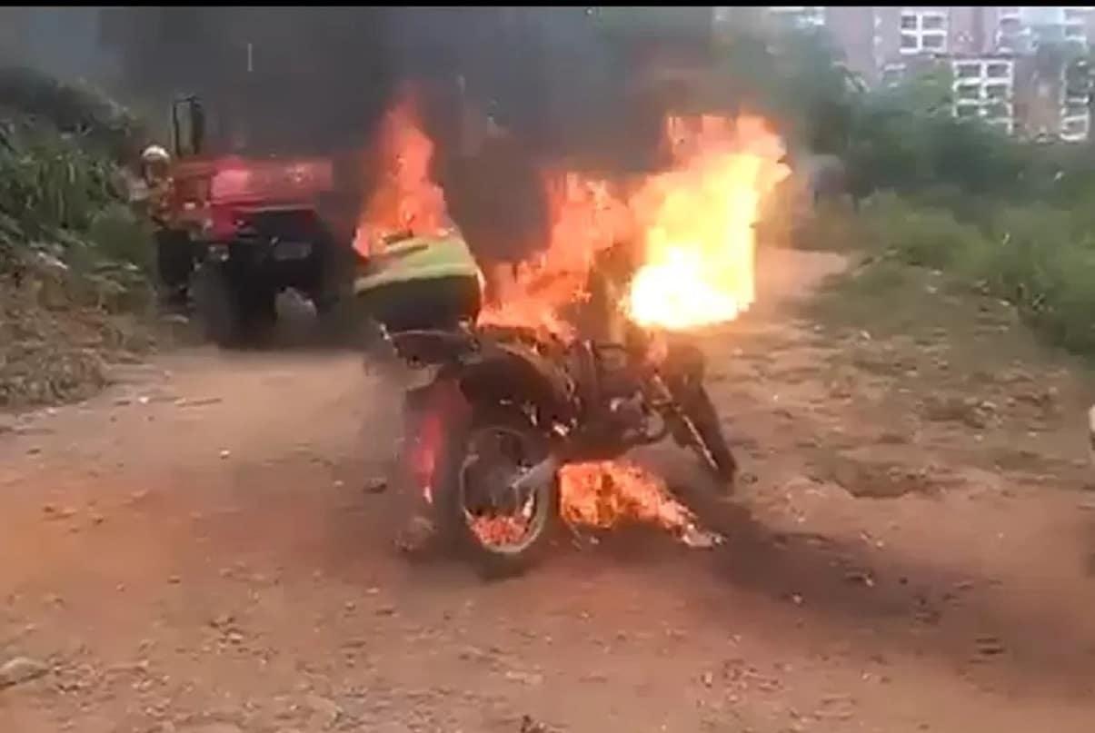 Motocicleta de la Policía de Cali fue incinerada durante una emergencia