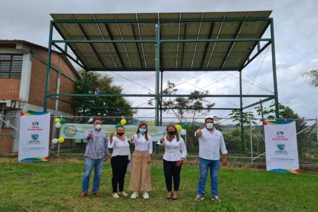 Proyecto de paneles solares instalado en institución educativa de Dagua