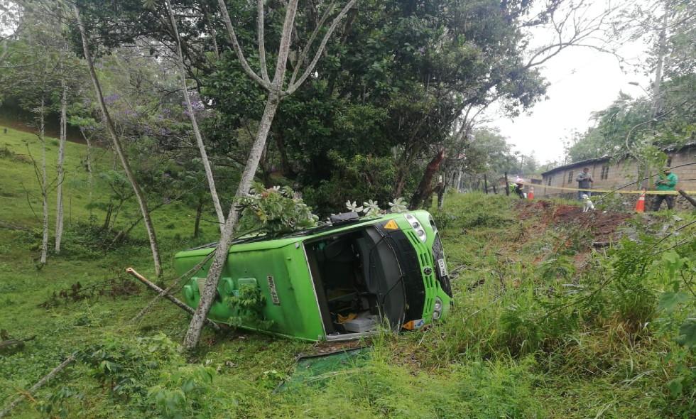 Bus del Mío se volcó en el Kilómetro 3 vía a la Buitrera
