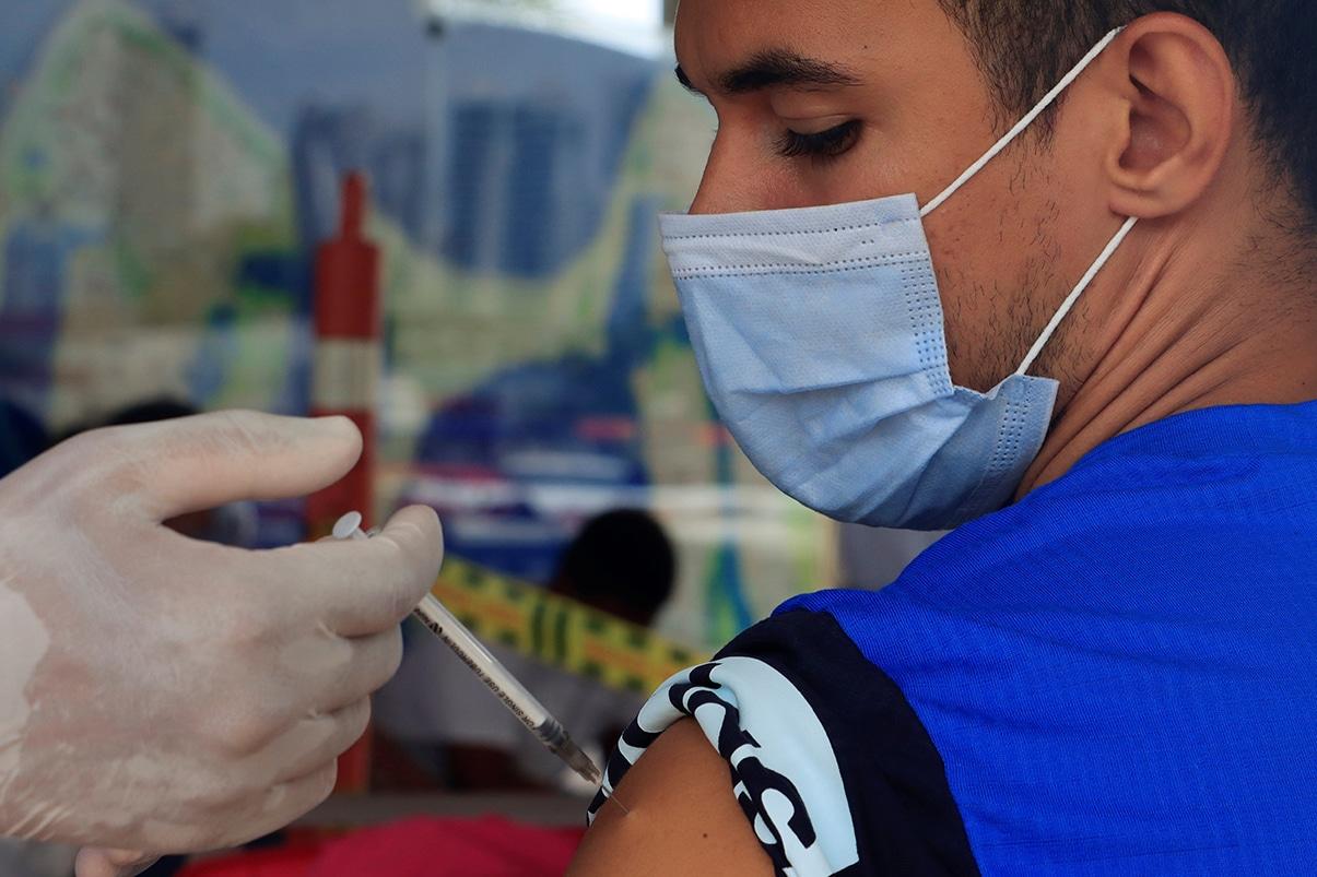Colombia deja atrás su fase más mortal de la pandemia y acelera la vacunación