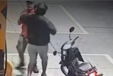 Ladrón atacó a trabajador de estación de gasolina luego de tanquear su moto