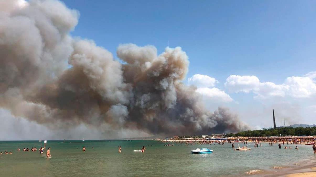 Pareja italiana enciende fuego en incendio apagado para hacerse un selfie