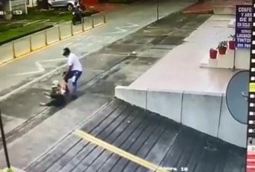 Video: Ladrón persiguió a una mujer, la tiró al piso y despojó de su maletín