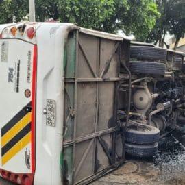 Accidente entre ruta escolar y bus intermunicipal deja varias personas lesionadas