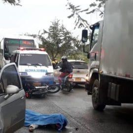 Motociclista muere arrollado por un camión en la vía Cali-Candelaria