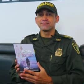 Policía escritor presenta novela romántica en la Feria del Libro Cali 2021