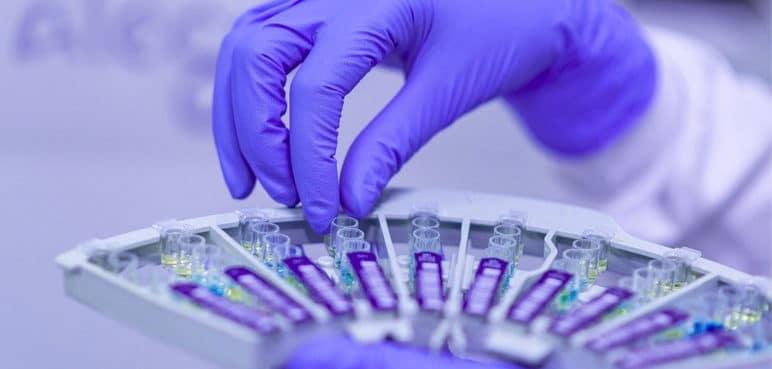 Científicos hallan un anticuerpo eficaz contra todas las variantes de covid